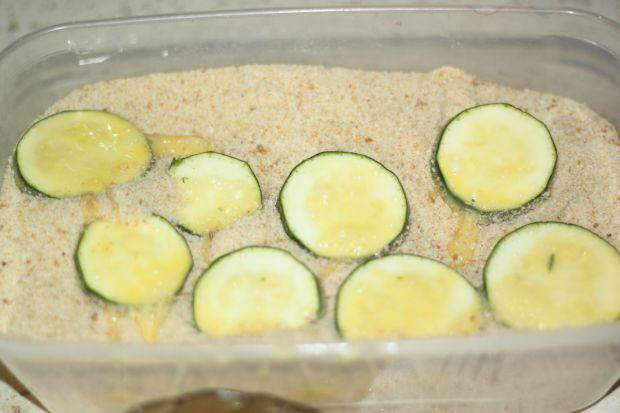 Cukinia i brokuł smażony podany młodymi ziemniaczk