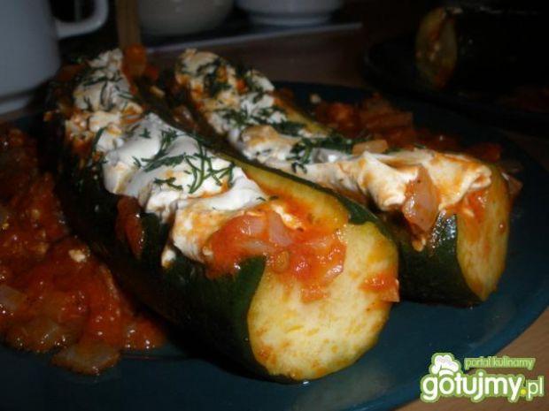 Cukinie duszone w pomidorach z Caprese