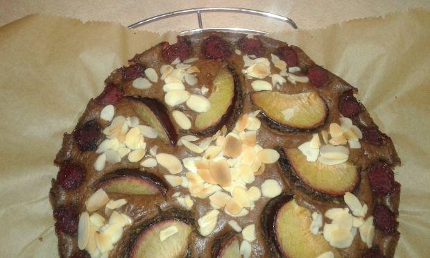 Cukiniowe ciasto z owocami i płatkami migdałowymi