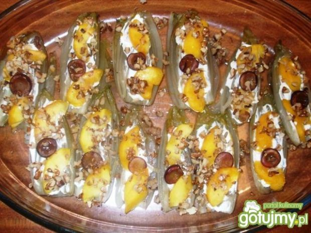Cykoria z brzoskwinią, orzechami, serem