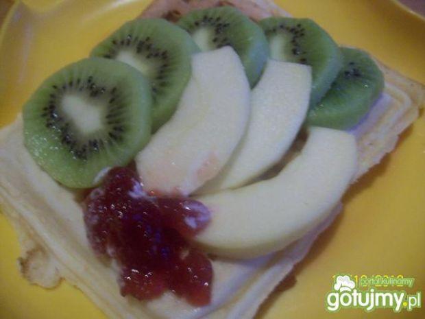 Cynamonowe gofry z owocami