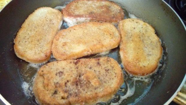 Cynamonowe tosty z sosem malinowym