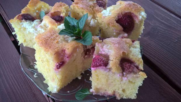 Cytrynowe ciasto z serem i truskawkami