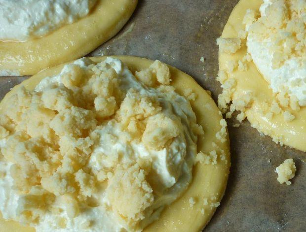 Cytrynowe drożdżówki z serem