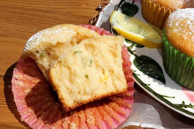 Cytrynowo-miętowe muffinki z sokiem jabłkowym