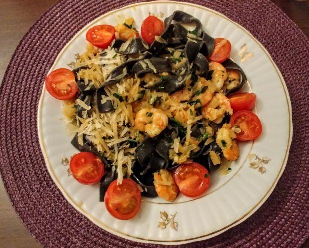 Czarne papardelle z krewetkami i pomidorkami