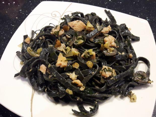 Czarne tagliatelle z pietruszką i łososiem