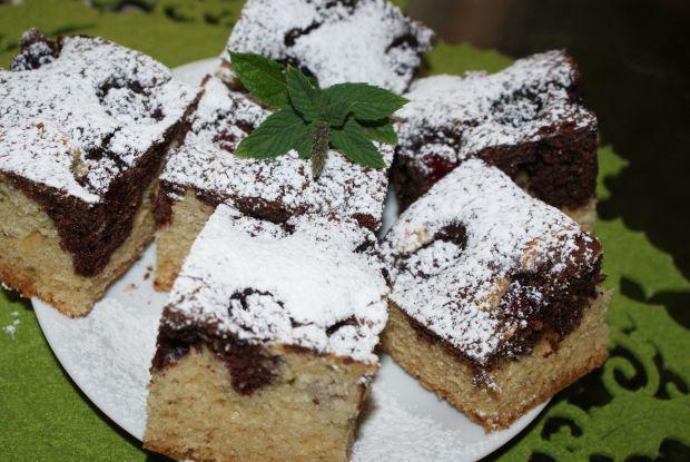 Czarnobiałe ciasto z jeżynami.
