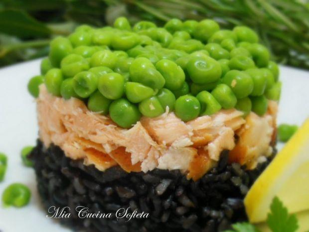 Czarny ryż Venere z łososiem i słodkim groszkiem