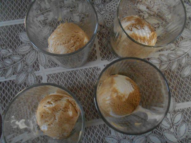Czekolada z lodami i bitą śmietaną