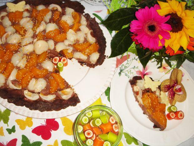 Czekoladowa tarta z kremem, liczi i mandarynkami