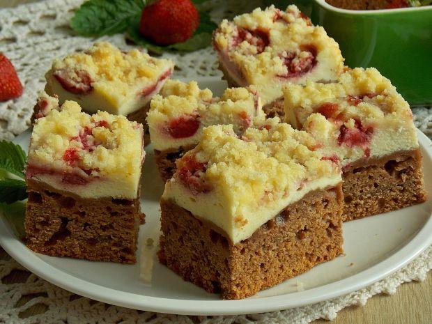 Czekoladowe ciasto drożdżowe z serem i truskawkami