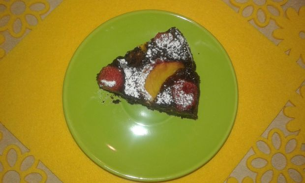 Czekoladowe ciasto z brzoskwinią i truskawkami
