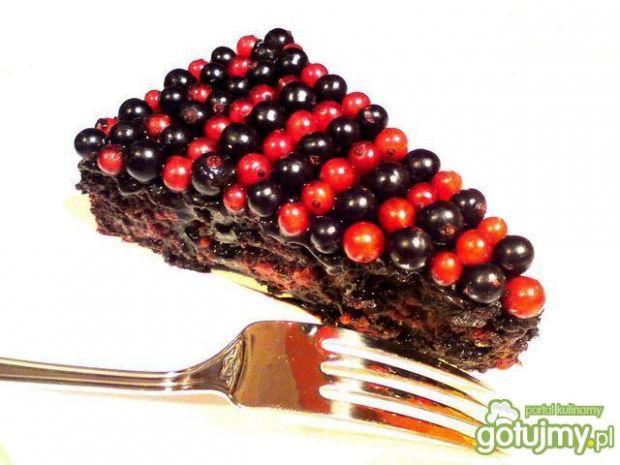 Czekoladowe ciasto z porzeczkami
