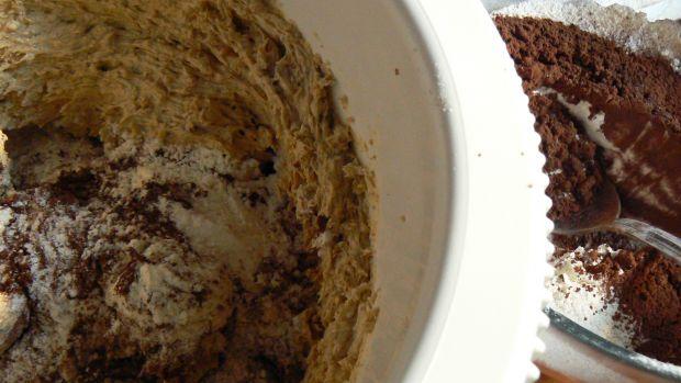 Czekoladowe muffinki z brzoskwiniami