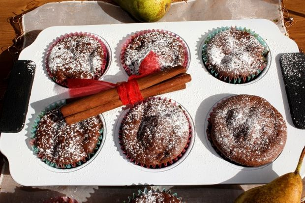 Czekoladowe muffiny z gruszką i cynamonem