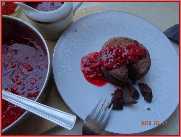 Czekoladowe placuszki z sosem malinowym
