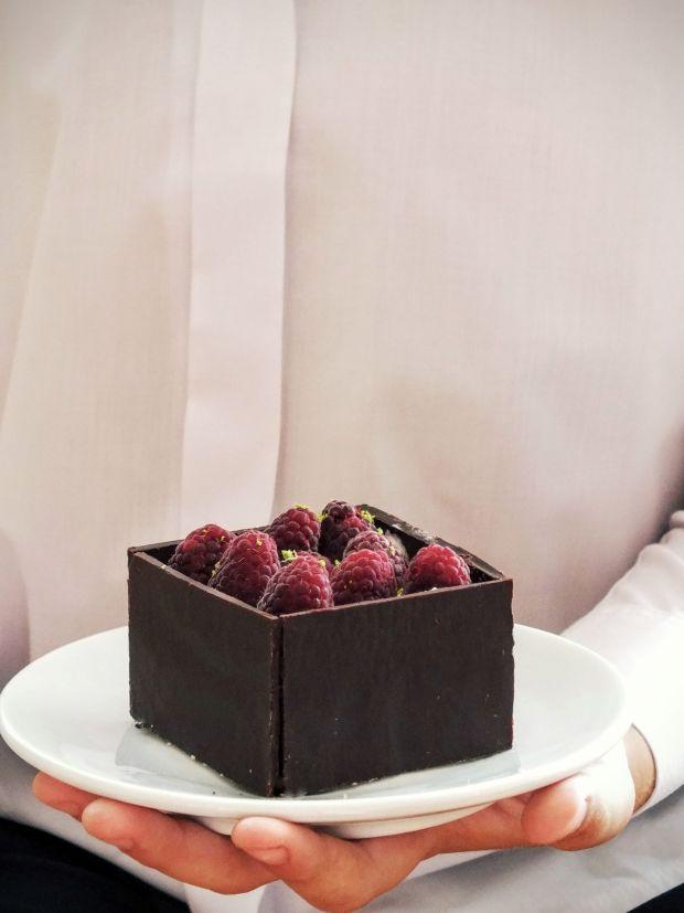 Czekoladowe pudełka z musem z białej czekolady
