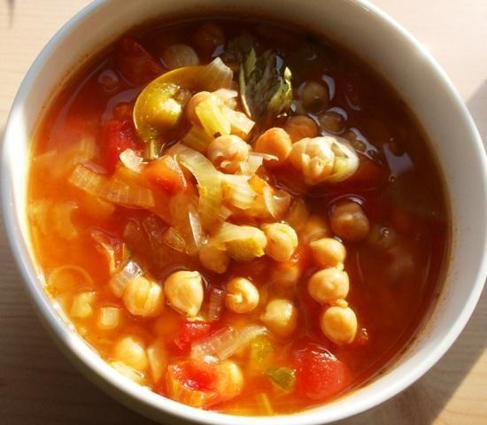 Czerwona zupa z ciecierzyca