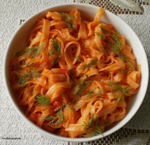 Czerwony ( pomidorowy ) makaron ryżowy :