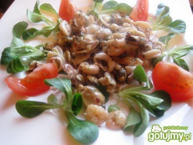 Czosnkowe owoce morza z roszponką