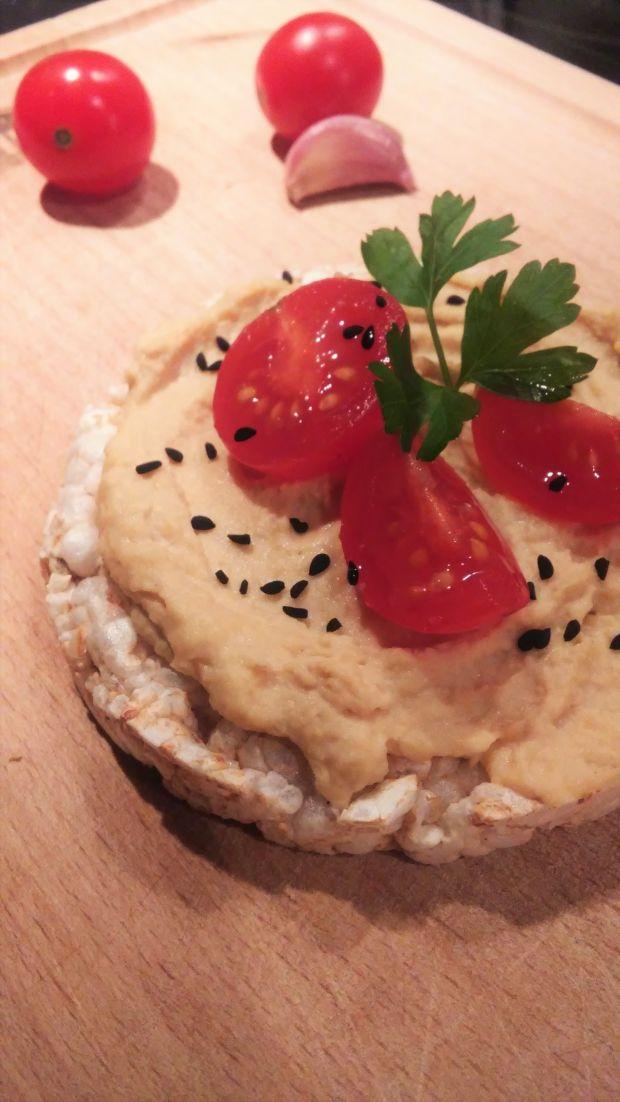 Czosnkowy humus na ryżowym krążku
