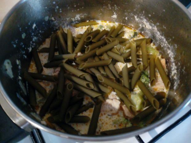 Danie jednogarnkowe z kurczakiem brokułami i penne