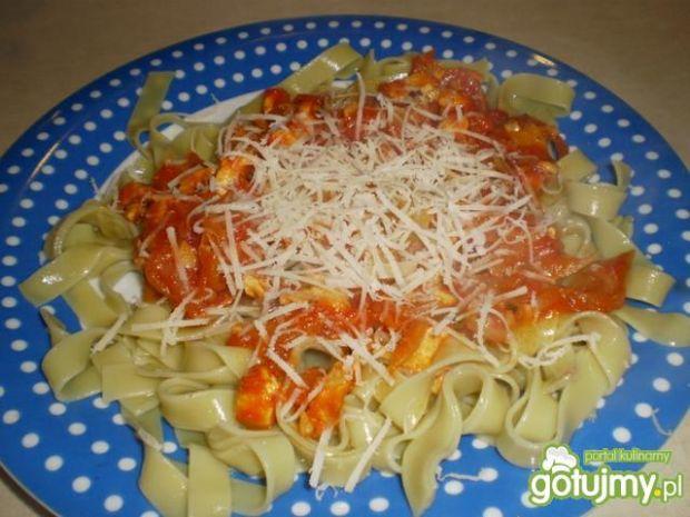 Danie makaronowe z sosem pomidorowym