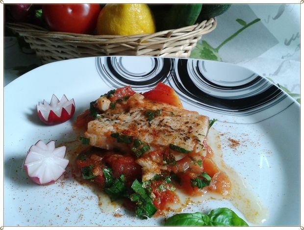 Delikatna rybka z duszonymi pomidorami