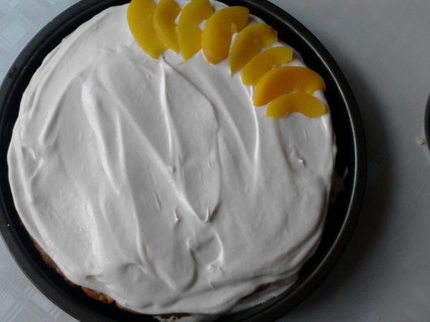 Delikatne ciasto z brzoskwiniami