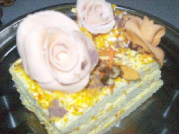 Delikatny tort ze śmietaną