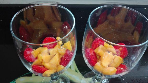 Deser chia z mango i musem truskawkowym