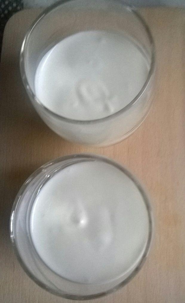 Deser jogurtowy z dżemem malinowym