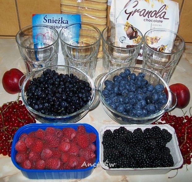 Deser owoce leśne z granolą