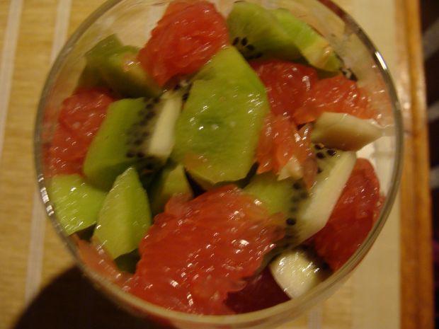Deser owocowy z orzechami i syropem