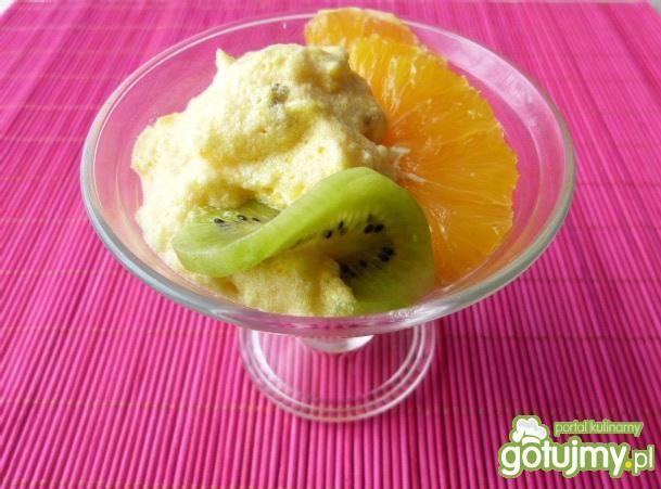 Deser z białek z musem z dyni i owocami