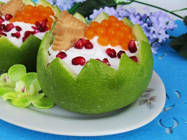 Deser z bitą śmietaną i owocami