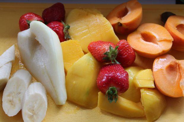 Deser z grilla z sosem mango i truskawkowym