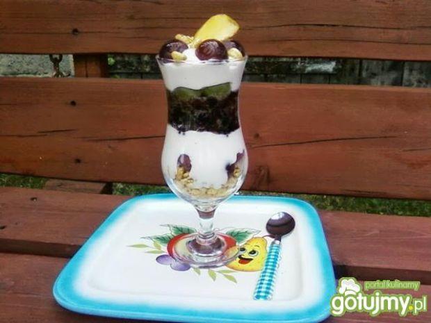 Deser z jogurtu i owoców