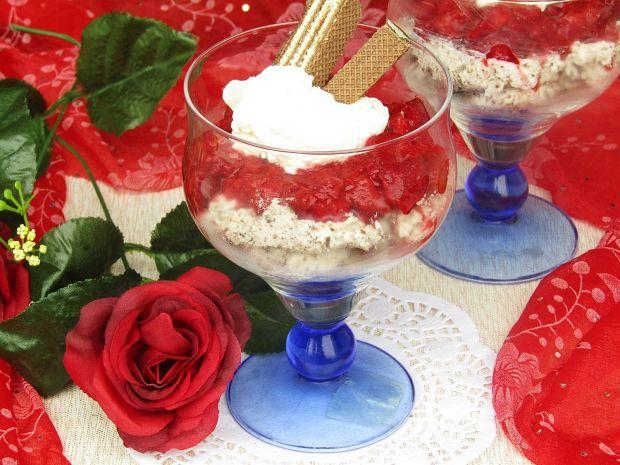 Deser z kremem ciasteczkowym i musem truskawkowym
