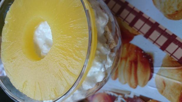 Deser z serka wiejskiego z ananasem i nutą kawy