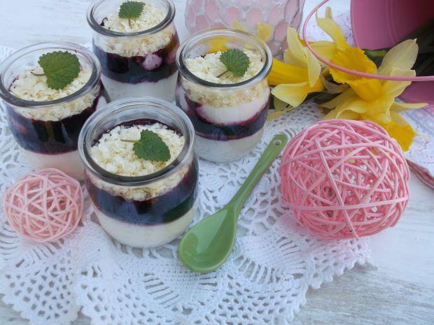 Deserki w słoiczkach z jogurtu i borówkami