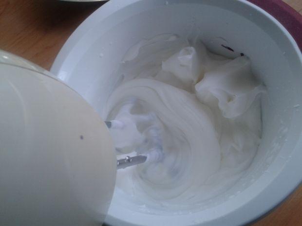 Deserki ze świeżych truskawek i jogurtu greckiego