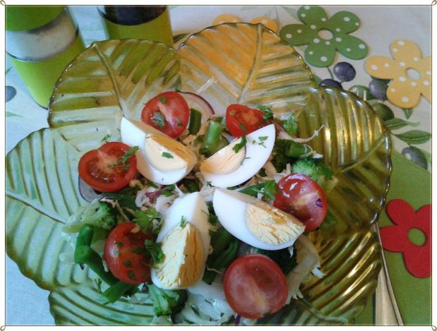 Dietetyczna sałatka w kolorach wiosny