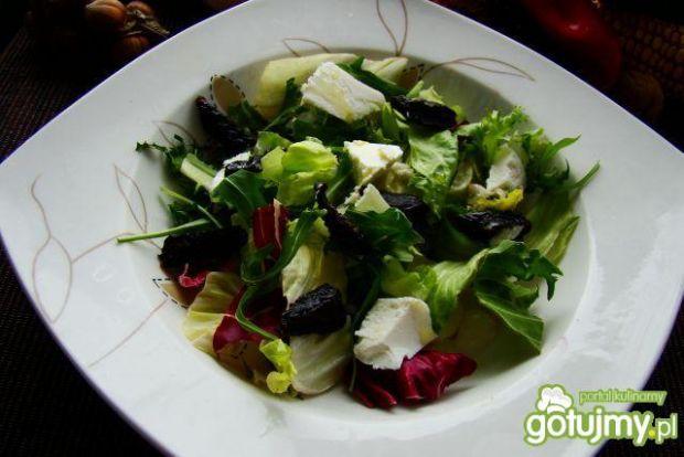 Dietetyczna sałatka z suszoną śliwką