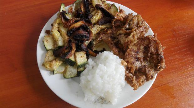Dietetyczny obiad z sałatką cukiniowo-pieczarkową