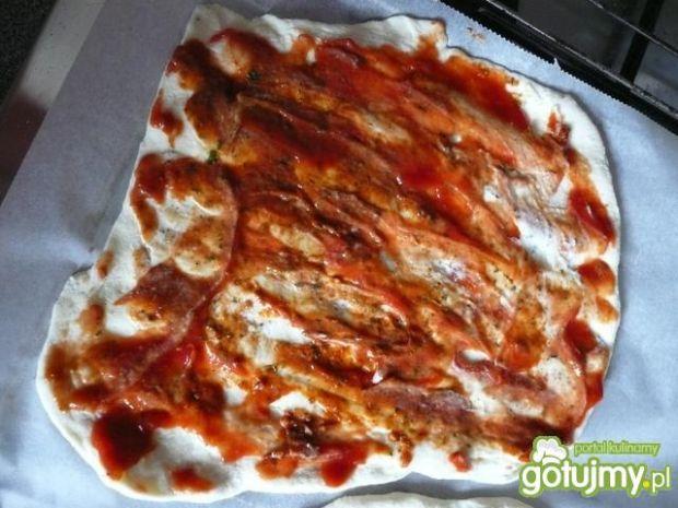 Domowa pizza z dwoma rodzajami szynki