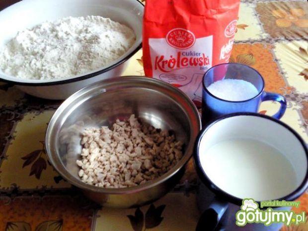 Domowe drożdżowe rogaliki z czekoladą