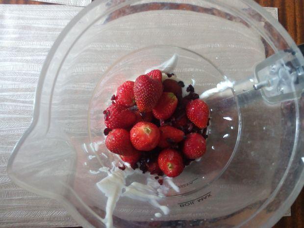 Domowe lody z truskawkami i nutellą