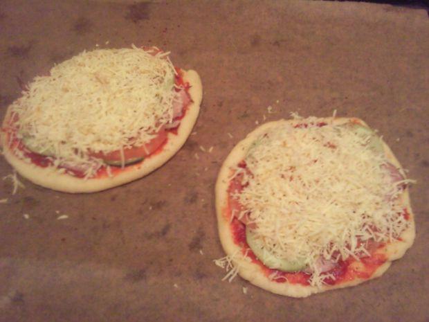 Domowe pizzerinki z wędzoną szynką i serem